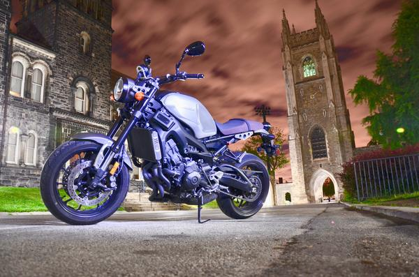 2016 Yamaha XSR900: At home in the moonlit night.